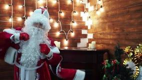 Balli di Frost Santa Claus del padre contro lo sfondo di una ghirlanda luminosa archivi video
