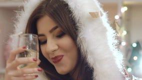 Balli divertenti della ragazza, bevande un bocal di champagne nello scintillio di lancio lentamente video d archivio
