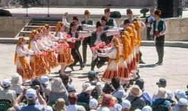Balli i petali di rose delle raccoglitrici su una festa in Bulgaria Immagini Stock Libere da Diritti