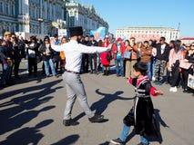 Balli nazionali dei bambini e degli adulti sul quadrato nella citt? fotografie stock