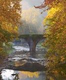 Balliarrain alte Brücke im Herbst, Gipuzkoa Stockfotos