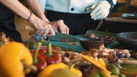 Ballinese matlagninggrupp som klipper röd peppar arkivfilmer