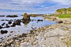 Ballintoy港口在岩石安特里姆海岸线设置了 免版税库存图片