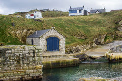 Ballintoy港口的石船库爱尔兰的北部安特里姆海岸的有它的石被修造的船库的在一天在春天 库存图片