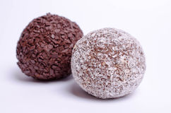 Ballkuchen mit zwei Bonbons auf weißem Hintergrund lizenzfreies stockbild