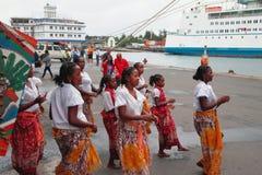 Ballo benvenuto della femmina malgascia in porto marittimo Toamasina, Madagascar Fotografie Stock