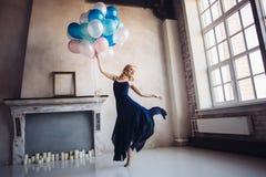 Ballo biondo della donna con i palloni Immagine Stock