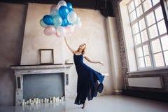 Ballo biondo della donna con i palloni Fotografie Stock Libere da Diritti