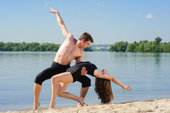 Ballo contemporaneo Giovane Dancing delle coppie immagine stock libera da diritti