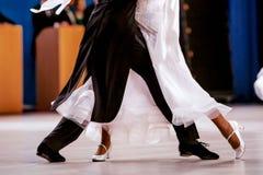 Ballo da sala dei ballerini degli atleti di paia Fotografia Stock