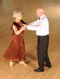 Ballo da sala senior delle coppie fotografie stock libere da diritti