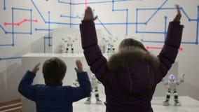 Ballo dei bambini con i robot bianchi divertenti stock footage