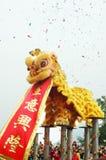 Ballo del leone del cinese tradizionale con il rotolo Fotografie Stock
