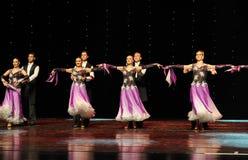 Ballo del mondo dell'Austria piega viola-israeliana di ballo- di allungamento- Immagine Stock