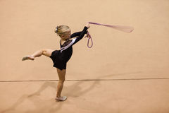 Ballo della corda della ragazza di ginnastica ritmica Fotografie Stock