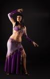 Ballo della donna in costume arabo tradizionale Fotografie Stock
