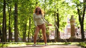 Ballo della donna, salto e capelli lunghi di vibrazione, movimento lento archivi video