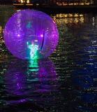 Ballo di galleggiamento sul fiume di Singapore Immagini Stock