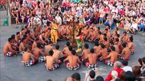 Ballo di Kecak di balinese anche conosciuto come il canto della scimmia di Ramayana stock footage