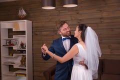 Ballo di nozze di dancing delle coppie delle persone appena sposate immagine stock
