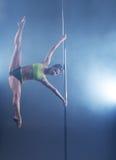 Ballo di Palo Forte ragazza congelata nell'allungamento della posa Fotografie Stock