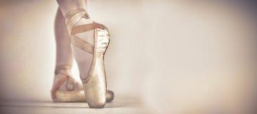 Ballo di pratica di balletto di Ballerino nello studio fotografia stock libera da diritti