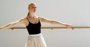 Ballo di pratica di balletto della ballerina video d archivio