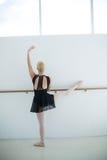 Ballo di pratica di balletto della ballerina nello studio Fotografia Stock