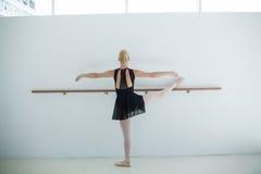 Ballo di pratica di balletto della ballerina nello studio Immagini Stock