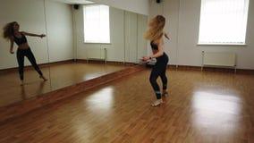 Ballo femminile di addestramento del ballerino mentre provando nello studio di ballo fotografie stock