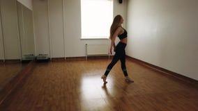 Ballo femminile di addestramento del ballerino mentre provando nello studio di ballo immagini stock