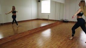 Ballo femminile di addestramento del ballerino mentre provando nello studio di ballo fotografia stock