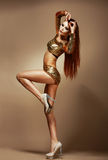 Ballo. Night-club. Donna splendida della testarossa in bikini dorato. Partito del vestito operato immagini stock libere da diritti