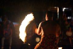 Ballo polinesiano del fuoco dell'uomo di Islander del cuoco nella prestazione culturale immagini stock libere da diritti