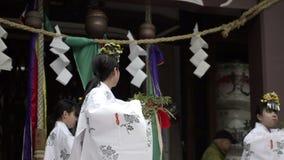 Ballo religioso tradizionale ad un santuario archivi video