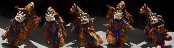 Ballo rituale antico della lama buddista nelle maschere, panorama della foto Fotografia Stock Libera da Diritti