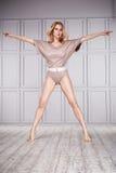Ballo sano sexy della donna del vestito di yoga di sport Fotografie Stock Libere da Diritti