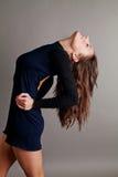 Ballo sensuale in un vestito nero Immagine Stock