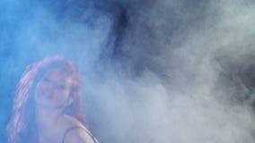 Ballo sessuale della donna della testarossa in costume da bagno di dancing video d archivio