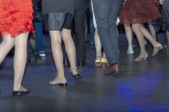 Ballo sulla pista da ballo, discoteca di molta gente fotografie stock libere da diritti