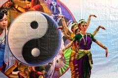 Ballo tradizionale dell'India con il simbolo di yin yang fotografie stock