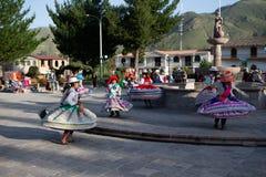 Ballo tradizionale di giovani ragazze peruviane in Yanque, Arequia, Perù sul ventunesimo del marzo 2019 fotografia stock