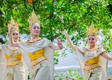 Ballo tradizionale tailandese con la bella donna sul costume culturale dorato che esegue sulla fase per il festival di Songkran fotografia stock