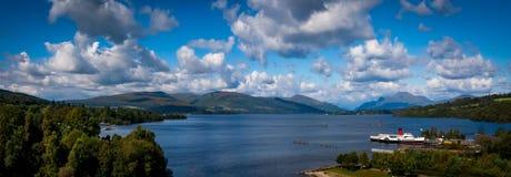 Balloch Skottland - September 05, 2007: Panorama av Loch Lomond som visar Loch Lomond, Ben Lomond och hembiträdet av fjorden Royaltyfri Fotografi