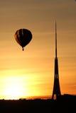 Ballon à air au-dessus de tour de TV au coucher du soleil dans l'heure d'été à Riga, Latv Images libres de droits