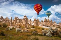 Ballon à air au-dessus de vallée Cappadocia Turquie d'amour Photos stock