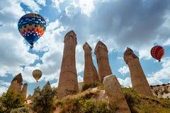 Ballon à air au-dessus de vallée Cappadocia Turquie d'amour Photographie stock