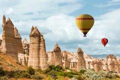 Ballon à air au-dessus de vallée Cappadocia Turquie d'amour Images libres de droits