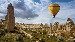 Ballon à air au-dessus de vallée Cappadocia Turquie d'amour Photos libres de droits