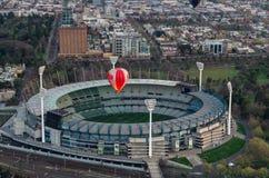 Ballon à air chaud au-dessus d'au sol de cricket de Melbourne Image libre de droits